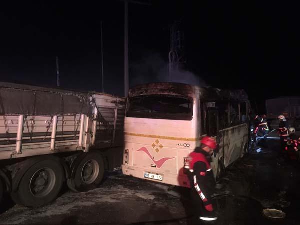 Adana'da Midibüsle TIR Çarpışması Sonucunda Yangın Çıktı