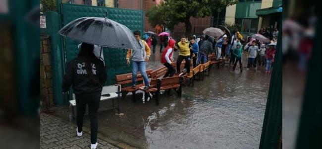 Adana'da Şiddetli Yağış Okulları Tatil Ettirdi
