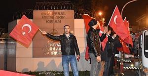 NATO Kışlası Önünde Türk Bayraklarıyla Protesto