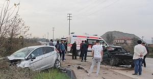 Kocaeli'de İki Otomobil Kafa Kafaya Çarpıştı: 6 Yaralı