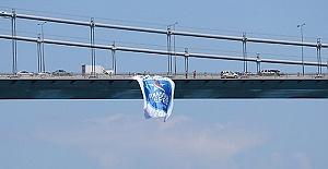 Anadolu Efes'in bayrakları köprülere asıldı